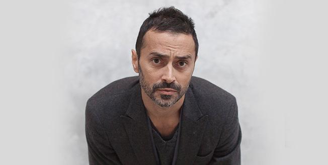 Il designer Fabio Novembre in una foto che lo ritrae frontalmente con giacca su sfondo bianco