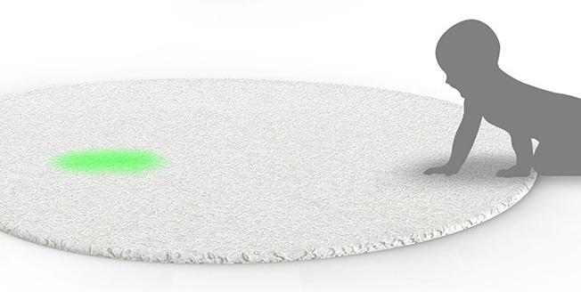 Rendering 3D del progetto un bambino mentre sale su di un tappeto sferico con sensori di movimento