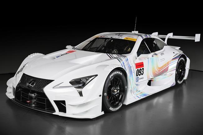 La nuova sportiva Lexus con vernice esterna bianca e fasci di linee colorate
