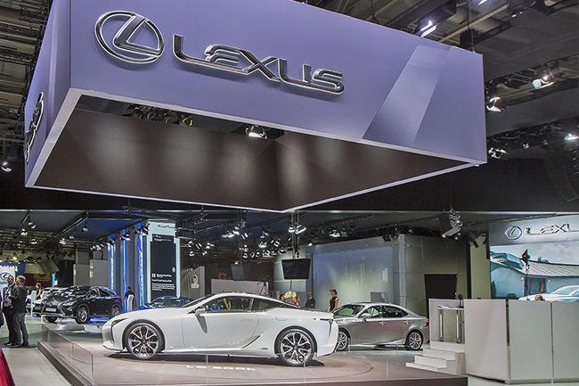 Fiancata della nuova LC colore bianco allo stand Lexus presso il Salone dell Auto di Parigi 2016