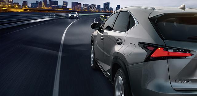 NX Hybrid Icon colore grigio scuro metallizzato in curva su strada urbana