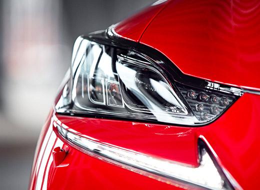 Framlyse röd Lexus IS 300h 2017