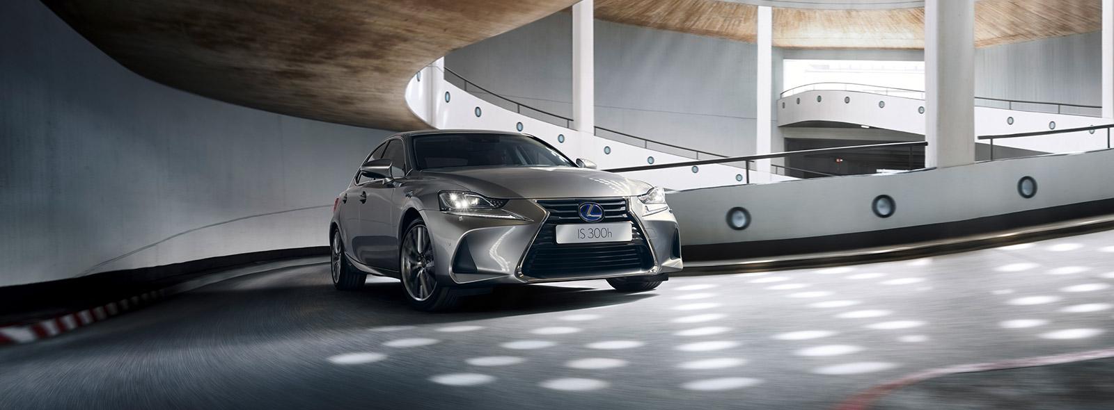 Lexus IS 300h 2017 i parkeringshus