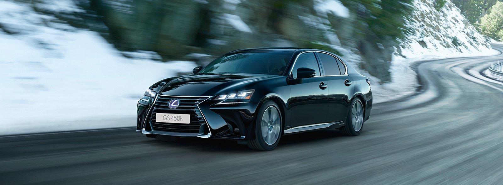 Svart Lexus GS 450h i vintermiljö