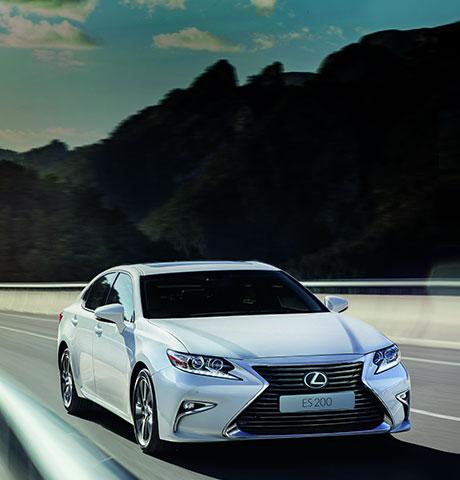 Սպիտակ Lexus ES 200 ը շարժման մեջ