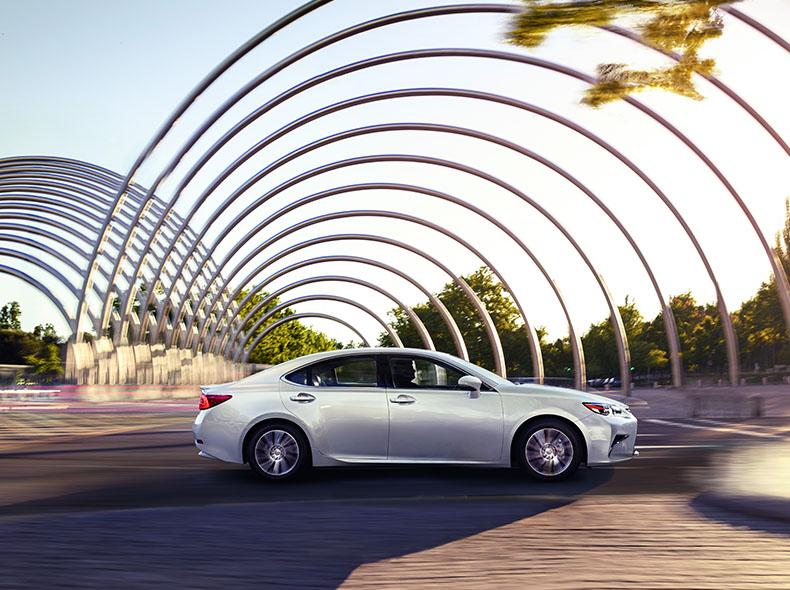Արծաթագույն մետալիկ Lexus ES 200 ի տեսքը կողքից