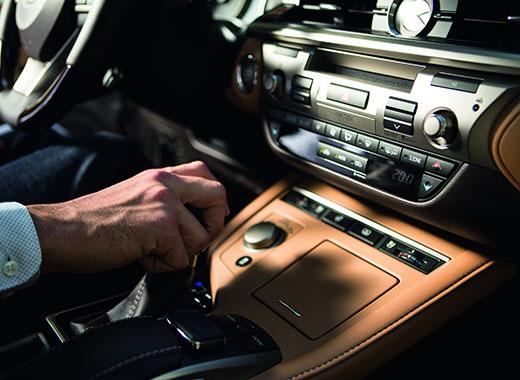 Մի մարդու ձեռք շքեղ Lexus ES 200 ի փոխանցման տուփի բռնակի վրա