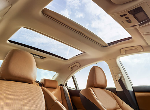 Lexus ES 250 ի ինտերիերի տեսքը պանորամային տանիքից