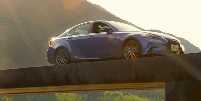 Lexus ը կամուրջի վրա