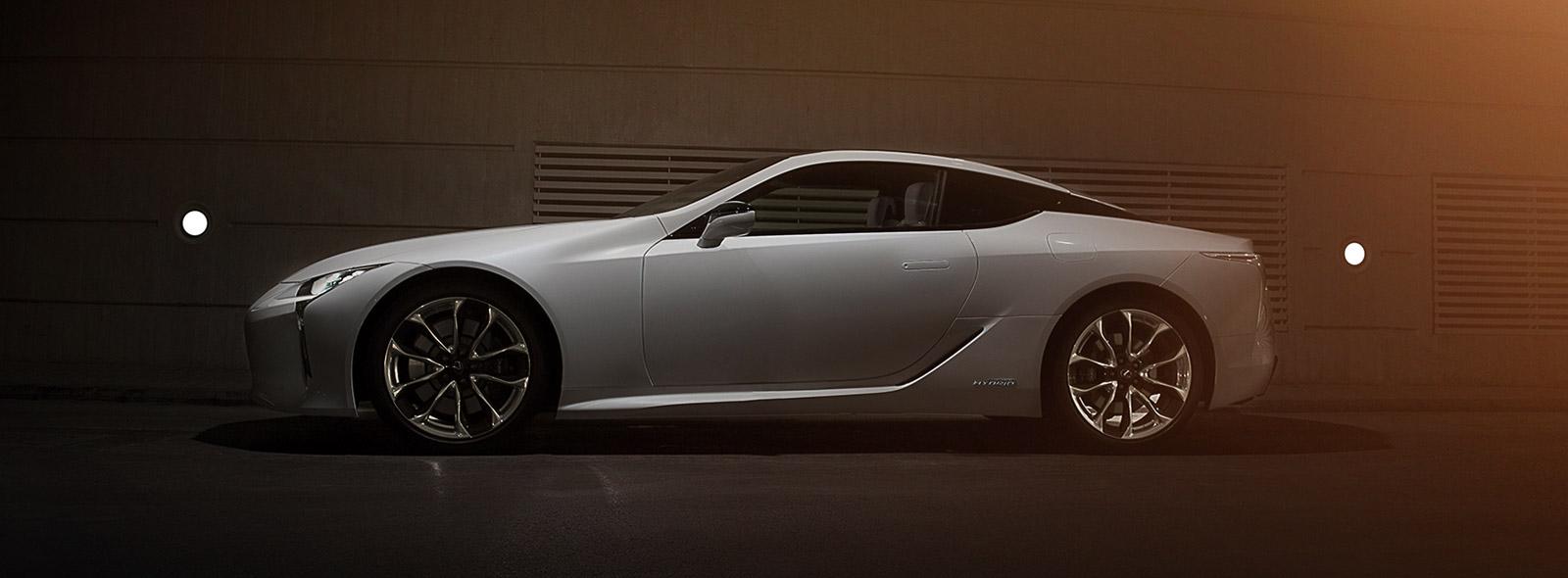 Üslublu ağ Lexus LC Hibrid avtomobilinin yan görünüşü