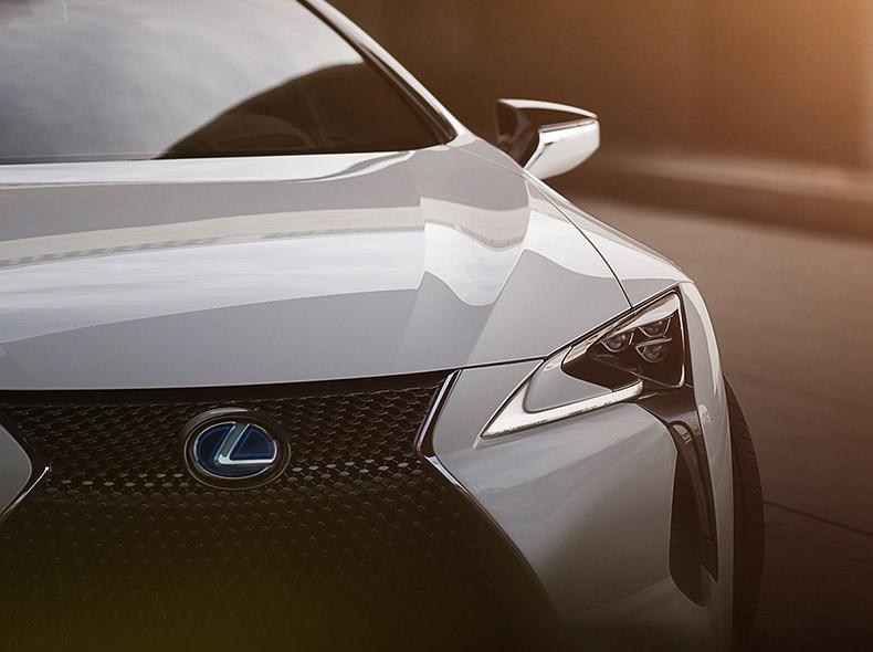 Lexus LC 500 avtomobilinin ön radiator barmaqlığı və ön faraları