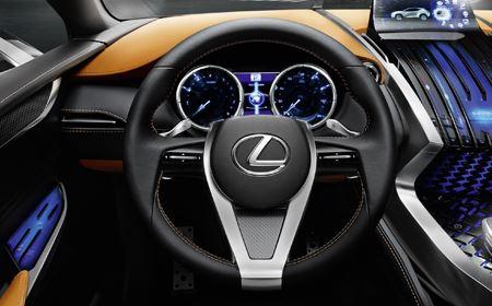 Lexus LF NX Concept avtomobilinin sükanı və ön konsolu