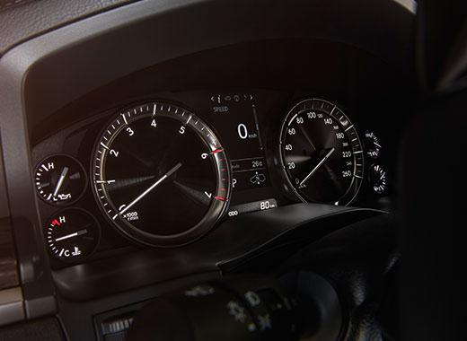 Lexus LX 450d avtomobilinin üslublu cihazlar paneli