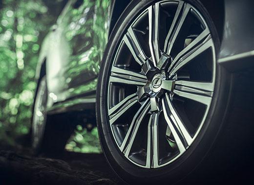 Lexus LX 570 avtomobilində üslublu yüngül lehimli diski