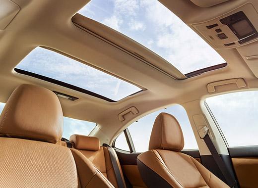 Интерьер с видом на панорамную крышу в Lexus ES 250