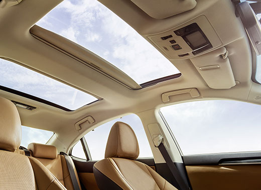 Интерьер с видом на панорамную крышу в Lexus ES 350