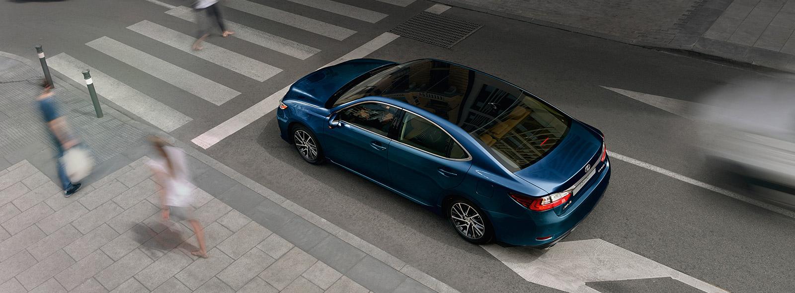 Lexus ES 250 цвета синий металлик с черной крышей