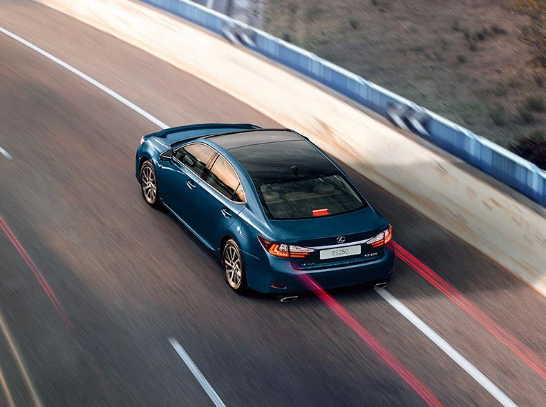 Синий Lexus ES 250 в движении