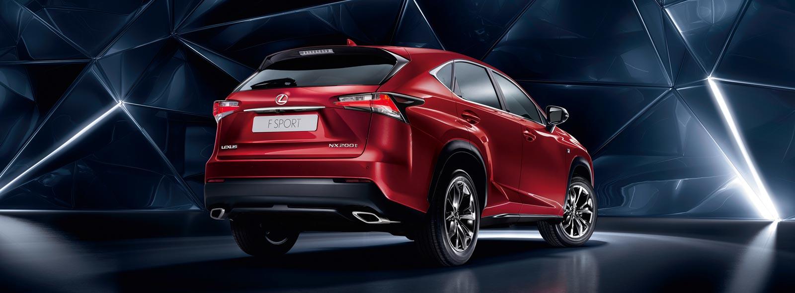 Вид сзади красного Lexus NX 200t