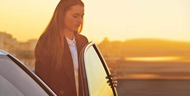 Девушка открывает дверь автомобиля