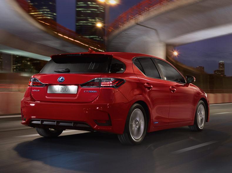 Een rode Lexus CT 200h