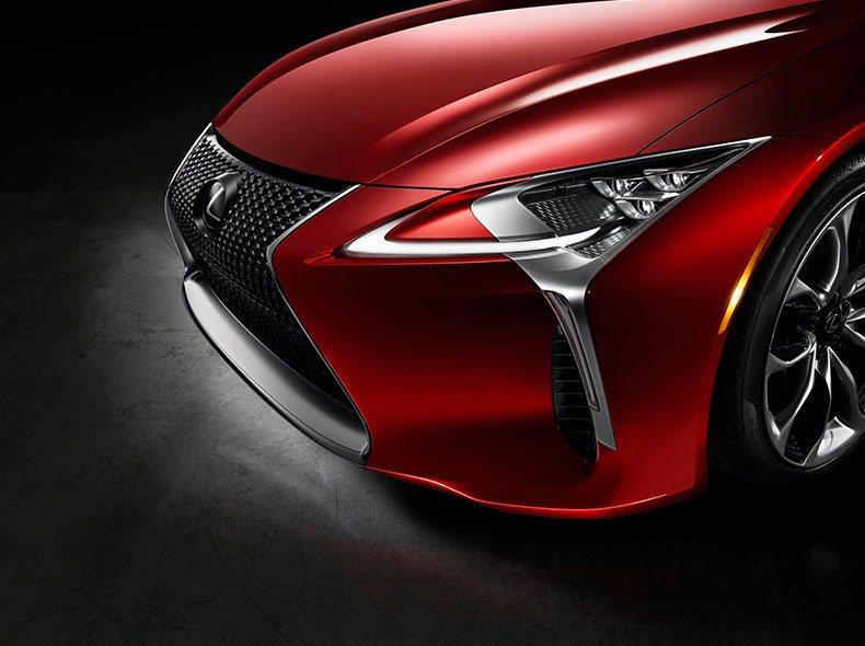 Vista detalle de frontal y faro del LC 500 color rojo