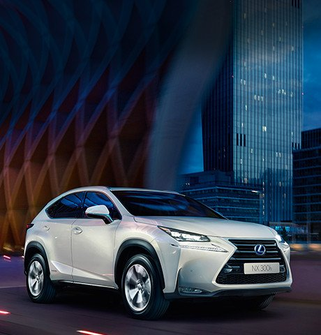 Vista lateral frontal del Lexus NX 300h blanco