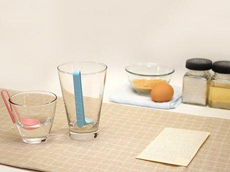 Vista general del diseño Cuchara de medición flotante para invidentes en una cocina