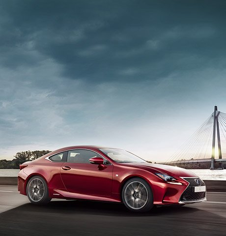 Vista lateral frontal del Lexus RC 300h rojo