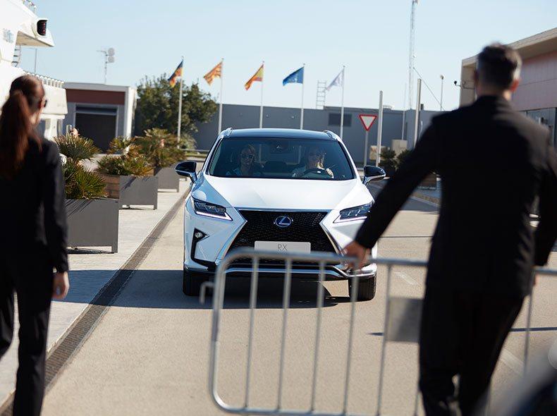 Vista frontal del nuevo Lexus RX 450h blanco entrando en un puerto