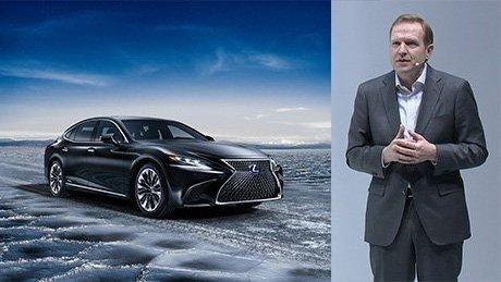 Vista doble del Lexus LS 500h y del presentador de la conferencia de Prensa en Ginebra Alain Uyttenhoven