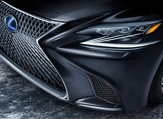 Vista detalle del faro del nuevo Lexus LS 500 negro