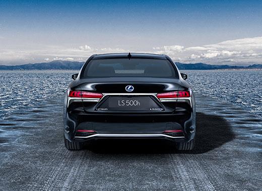 Vista trasera del nuevo Lexus LS 500 negro