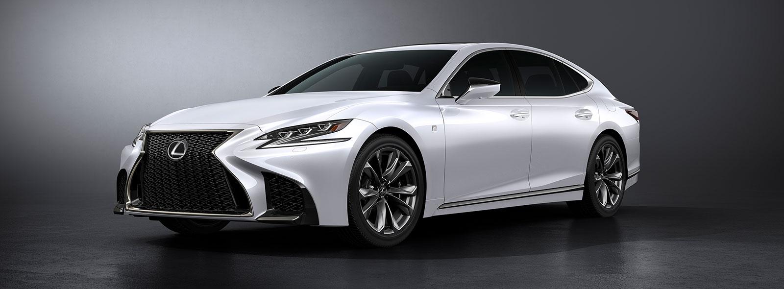 Vista lateral frontal del nuevo Lexus LS 500 blanco