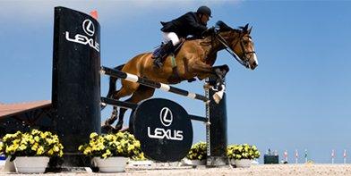 Imagen lateral de un jinete en el Concurso Internacional Casas Novas junto a la marca Lexus