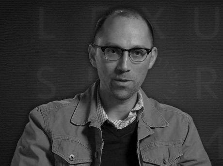 Plano medio de Jon Goldam entrevistado explicando su corto