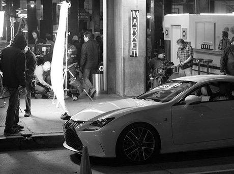 Escena de grabación de anuncio de nuevo modelo de coche