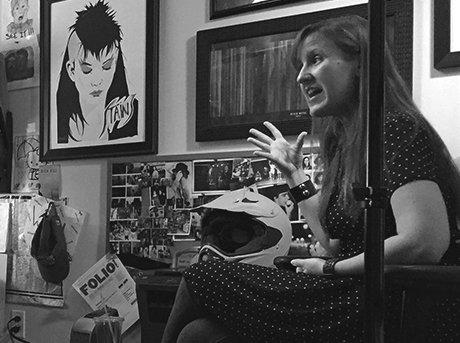 La directora Kat chandler explicando detalles de su grabación