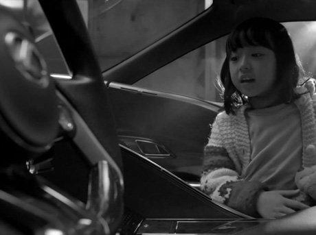 Plano medio de niña en interior de coche Lexus