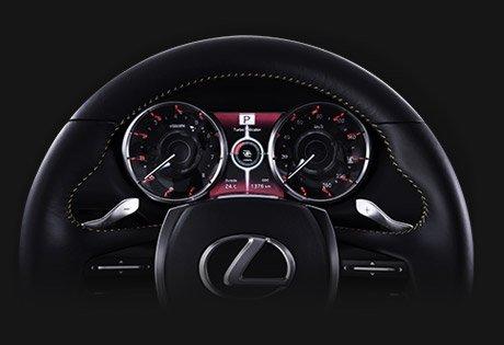 Vista detalle de volante de cuero negro y relojes digitales