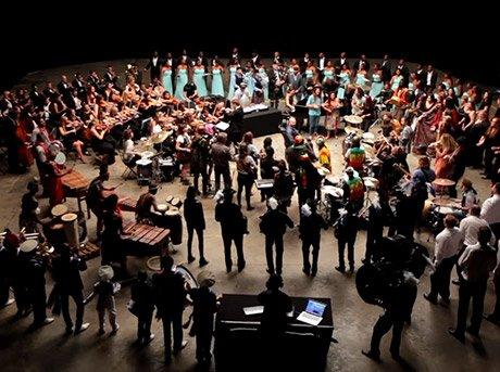 Vista general de una orquesta con un cliente en el centro del escenario