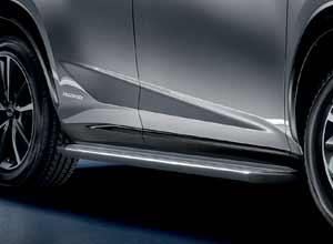 Primer plano de los estribos laterales del nuevo Lexus NX 300h Sport Edition en blanco