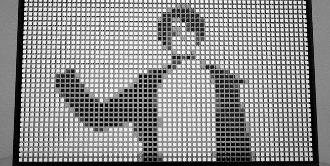 Es una pantalla interactiva que ha sido creada a partir de cubos de madera giratorios
