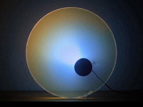 Diseño de un objeto luminoso que hace aparecer el color del cielo