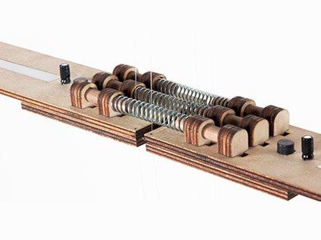 Circuitos con muelles y resistencias en placa de madera
