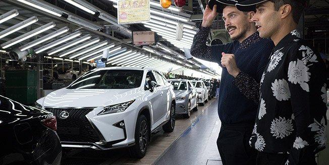 Diseñadores visitando cadena de producción de Lexus