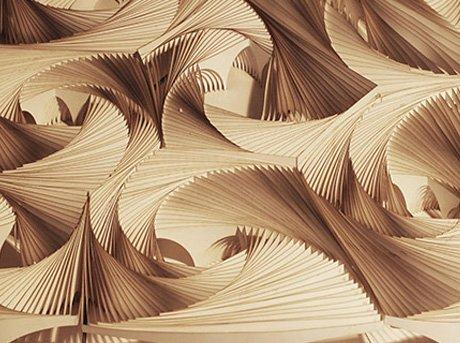 Laminas de madera apiladas formando formas geométricas