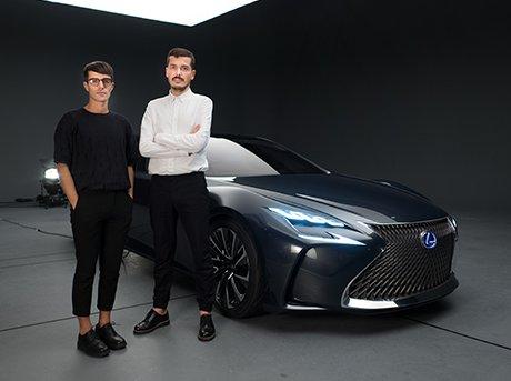 Diseñadores presentando nuevo modelo coche