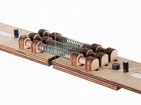 Circuito de muelles y resistencias sobre placa de madera