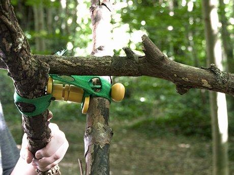 Estructura formada por ramas de árbol y soportes plásticos